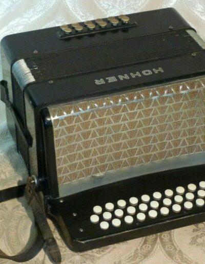 Ansicht eines alten Ziehharmonikas der Firma Hohner